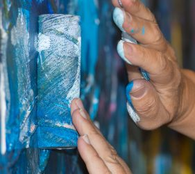 Mit Pinseln, Rollen und Tüchern erschufen KIRCHHOFF Automotive Mitarbeitende auf einer riesigen Leinwand abstrakte Kunst.